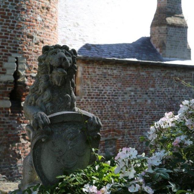 Lion entourant le rosier 'Francis E. Leister' - Leeuw met Rosa 'Francis E. Leister' - Lion with Rosa 'Francis E. Leister' – Löwe mit Rosa 'Francis E. Leister'